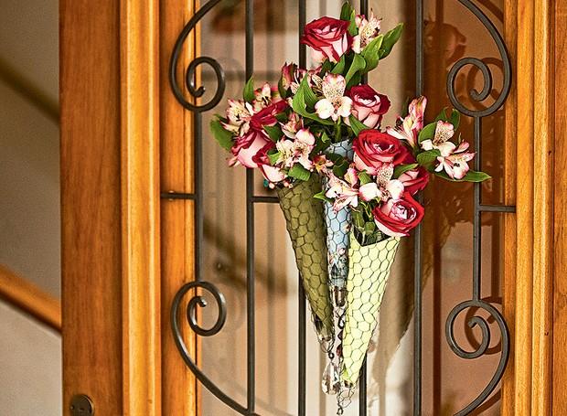 Na porta de entrada, Claudia Regina, da La Calle Florida, fez um buquê com rosas e astromélias envolvidas em guardanapo e tela de galinheiro (Foto: Arquivo Casa e Comida)