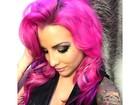 Ex-BBB Clara Aguilar radicaliza e pinta o cabelo de rosa