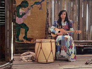 Cena do longa 'Violeta vai para o céu', sobre a artista plástica e cantora chilena Violeta Parra, que estreia no Brasil em 8 de junho de 2012 (Foto: Divulgação)