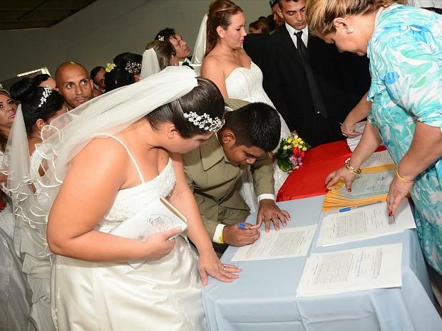 Mais de 30 casais participaram de cerimônia nesta sexta (Foto: Érica Melo/Seap)