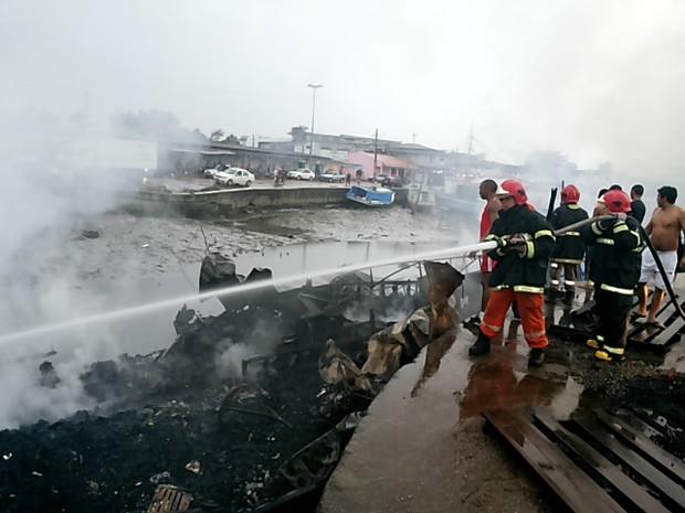 Bombeiros permaneceram no local até o início da manhã (Foto: Albenir Sousa/TV Amapá)