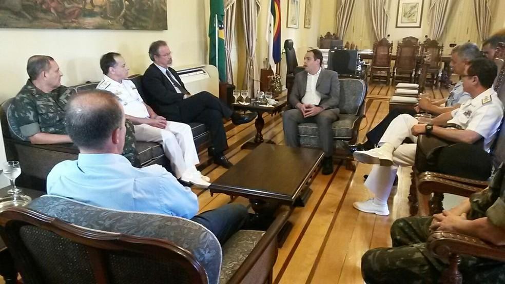 Ministro da Defesa e chefe do Estado Maior se reuniram com o governador Paulo Câmara, na tarde deste sábado (10) (Foto: Camila Torres/TV Globo)