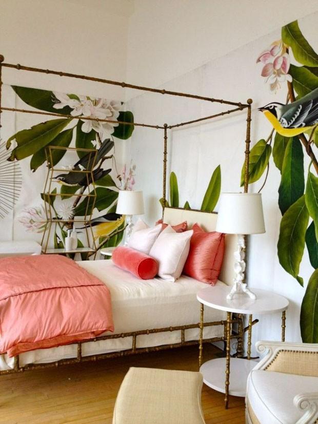 Décor do dia: quarto com estampa de folhagens e móveis dourados (Foto: reprodução)