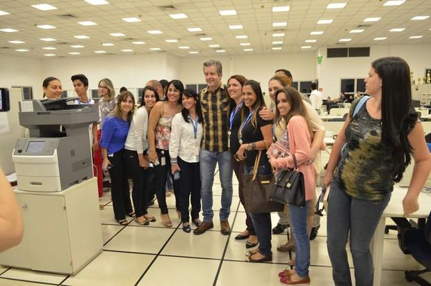 Victor e Leo fotografam ao lado de funcionários (Foto: Divulgação)
