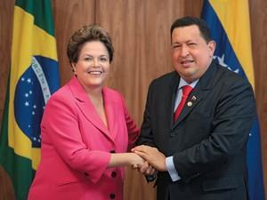 SEM HORÁRIO Dilma  Rousseff com Hugo Chávez. Ele nunca avisava a hora que seu avião chegaria ao Brasil (Foto: Eraldo Peres/AP)