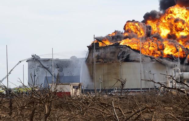 Incêndio se propaga para terceiro tanque nesta segunda-feira (27) (Foto: Hector Silva/AFP)