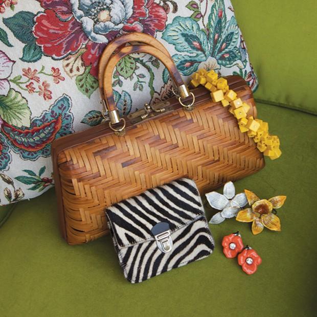 Entre os acessórios selecionados para a Loop, há bolsas de madeira (R$ 720) e a pochete com estampa de zebra (R$ 360) (Foto: Cassia Tabatini)