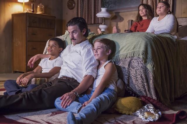 Lonnie Chavis, Milo Ventimiglia, Parker Bates, Mandy Moore e Mackenzie Hancsicsak em 'This is us' (Foto: Reprodução)