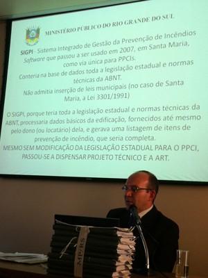 Software usado em SM para compilar dados sobre edificações (Foto: Luiza Carneiro/G1)
