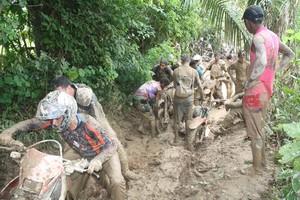 Motos ficam atoladas em trecho de trilha no enduro de Axixá do Tocantins (Foto: Divulgação/JB Franca)