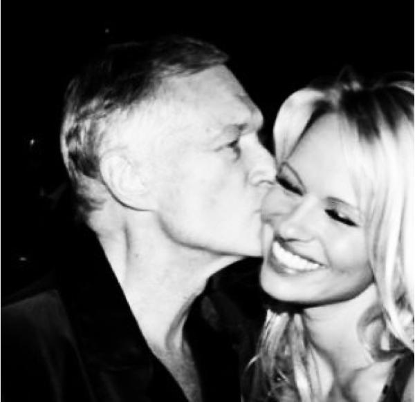 A atriz Pamela Anderson com o empresário Hugh Hefner (Foto: Instagram)