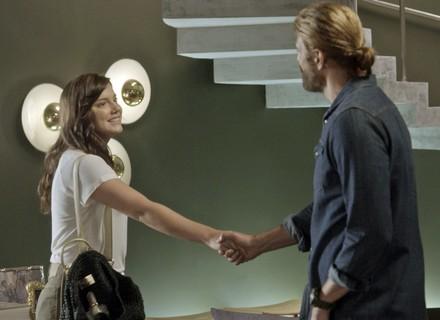 Marina chega na casa dos Leitão, e Pedro a reconhece