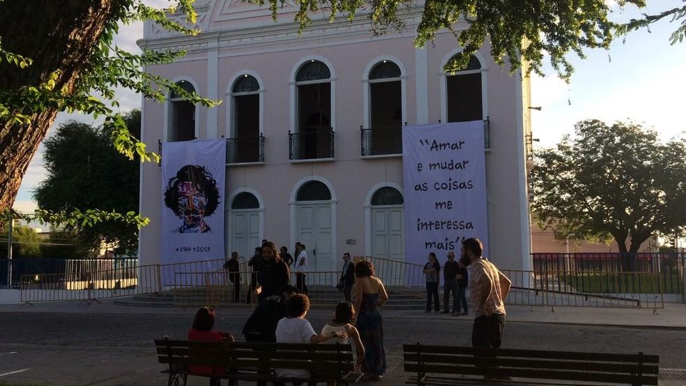 Teatro São João, no Centro de Sobral, exibe imagens de Belchior (Foto: João Pedro Ribeiro/TV Verdes Mares)