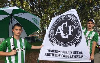 Com bandeiras da Chape, torcida do Atlético Nacional se despede do time