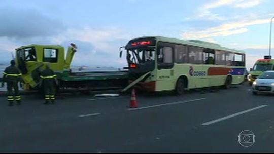 Acidente entre ônibus e caminhão na Rio-Niterói deixa 11 feridos
