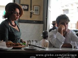 Miquelina vê o rapaz e pergunta porque ele está naquele estado (Foto: Joia Rara/ TV Globo)