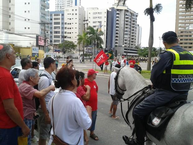 Policial Militar pede para manifestantes pró-Dilma sairem da praça do pedágio, em Vitória, neste domingo (13) (Foto: Leandro Nossa/ CBN Vitória)