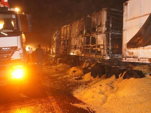 Rodovia onde ocorreu o acidente ficou interditada até a madrugada deste sábado (25) (Foto: Parecis.net)