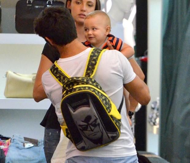 Felipe Simas e o filho, Joaquim (Foto: Daniel Delmiro/AgNews)