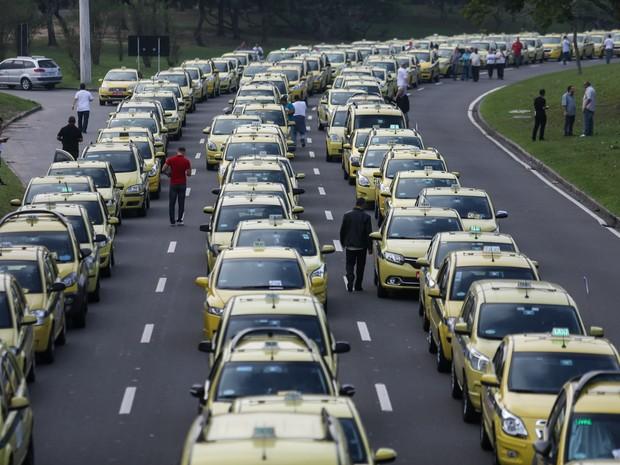 Taxistas realizam protesto contra o aplicativo Uber no Aterro do Flamengo, no Rio de Janeiro. O aplicativo conecta motoristas autônomos e usuários em busca de transporte e é considerado uma concorrência desleal pelos taxistas (Foto:  Fábio Motta/Estadão Conteúdo)