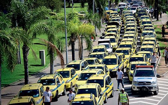 MELHOR ASSIM Táxis fecham o trânsito no Rio de Janeiro, em protesto contra o Über. Em vez de combater a tecnologia, os Estados Unidos chamaram seus criadores para conversar (Foto: Jose Lucena/Futura Press)