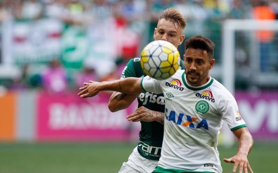 Alan Ruschel defendendo a camisa da Chapecoense contra o Palmeiras (Foto: Marcello Fim / FramePhoto / Ag. O Globo)