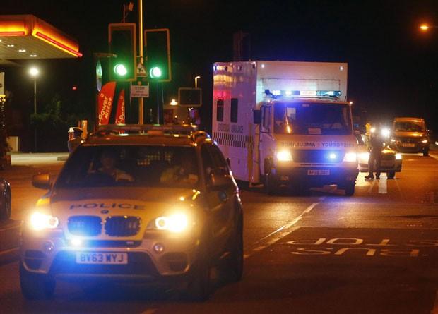 Ambulância com britânico infectado com ebola é escoltada pela polícia após deixar aeroporto em Londres neste domingo (24) (Foto: Andrew Winning/Reuters)