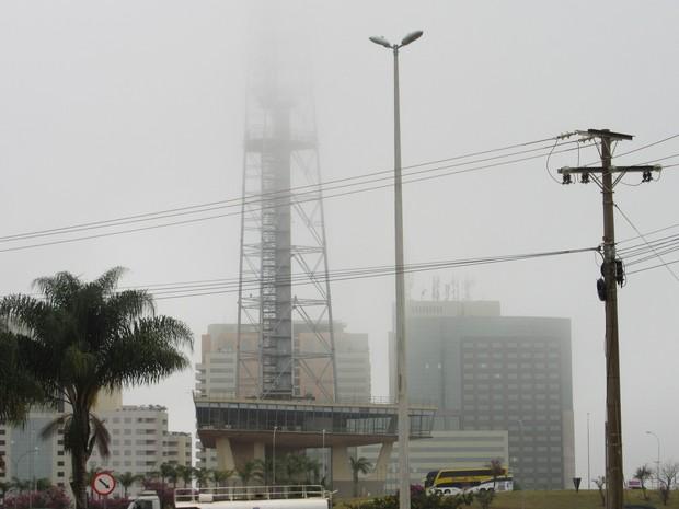 Neblina esconde Torre de TV do Mirante para cima. (Foto: Fernando Caixeta/G1)
