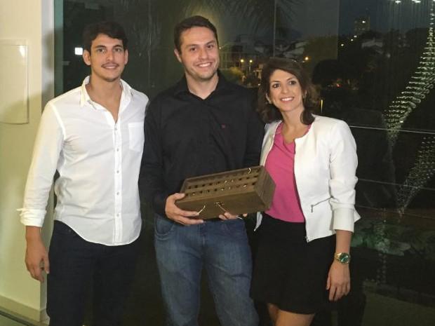 Léo Senger, no centro, e Carol Paiffer (Foto: Divulgação)