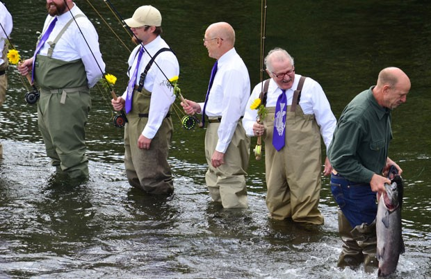 Padrinhos pescam durante a cerimônia de casamento (Foto: James Brooks/Kodiak Daily Mirror/AP)