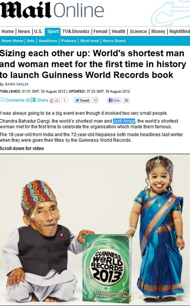 Homem e mulher mais baixos do mundo posaram para fotos com o livro dos recordes (Foto: Reprodução)
