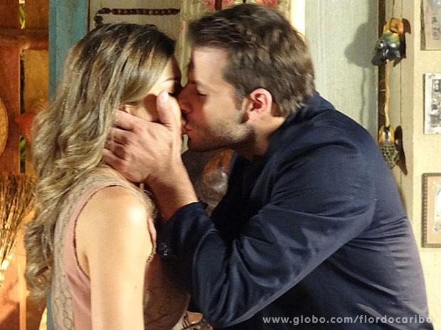 Ester dá um último beijo em Cassiano (Foto: Flor do Caribe / TV Globo)