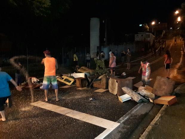Manifestantes fecharam o acesso a Unifesp em São José (Foto: Estevão Cipriano/ Vale Repórter)