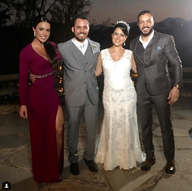 Gracyanne Barbosa e Belo posam com amigos em casamento (Foto: Reprodução)