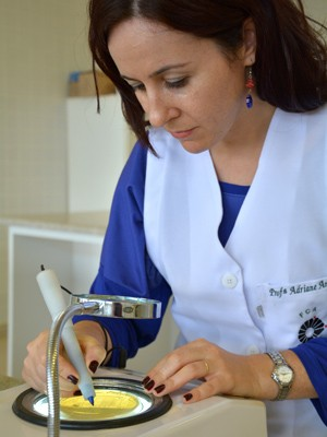 Adriane combinou três tecnologias para obter o leite pasteurizado de longa duração (Foto: Cristiane Kämpf / FCA Unicamp)