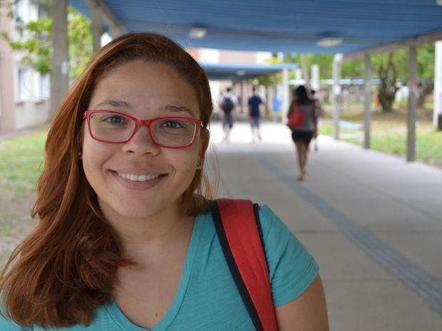 Mariana Alves Figueiroa aproveitou pausa nas aulas para estudar em casa (Foto: Marina Fontenele/G1)