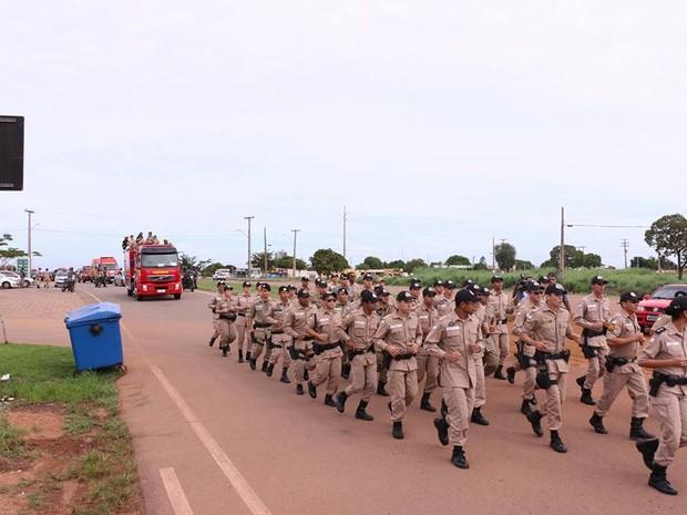 Grupo de policiais deixou as viaturas e seguiu correndo pelo cortejo até o cemitério Jardim das Acácias (Foto: Ademir dos Anjos/Divulgação)