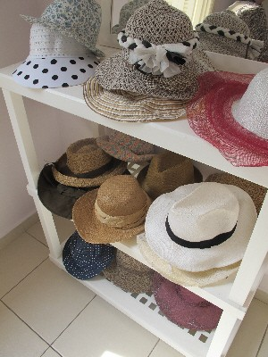Chapéus de diversos modelos podem ser retirados pelos pacientes (Foto: Mariane Rossi/G1)