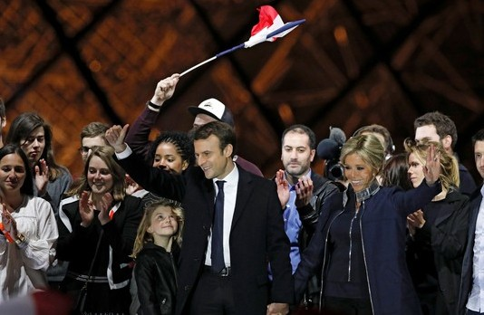 Macron celebra com a família e apoiadores