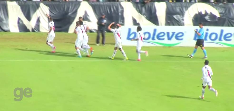 Jogadores do VAsco comemora gol no primeiro tempo (Foto: Reprodução)