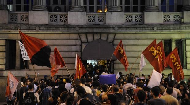 Manifestantes protestaram do lado de fora da Câmara Municipal do Rio (Foto: Fernando Frazão/ABr)