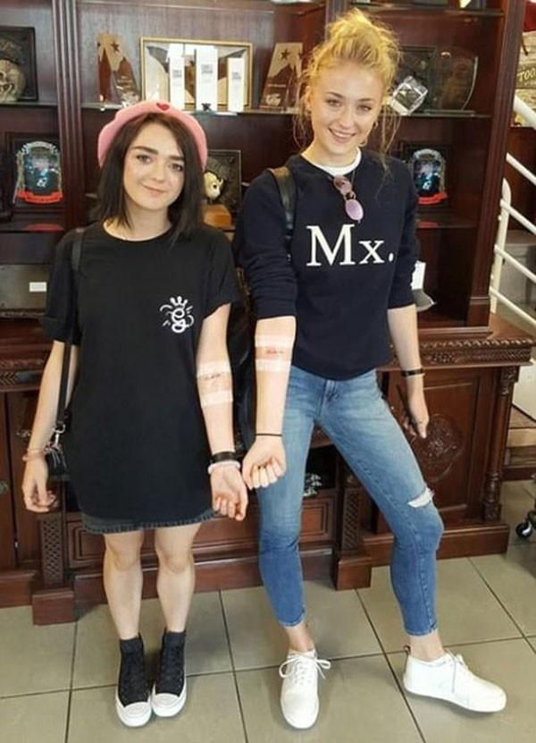 Atrizes apresentam suas tatuagens. O mistério sobre o significado delas está resolvido (Foto: Reprodução/Instagram)