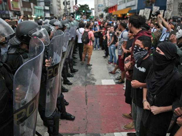 Cordão de isolamento da PM impede manifestantes de seguirem pela Avenida Rebouças (Foto: Marcelo Brandt/G1)