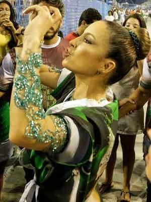 Claudia Leitte samba pela primeira vez como rainha de bateria na Sapucaí (Foto: Rudy Trindade / Frame / Estadão Conteúdo)