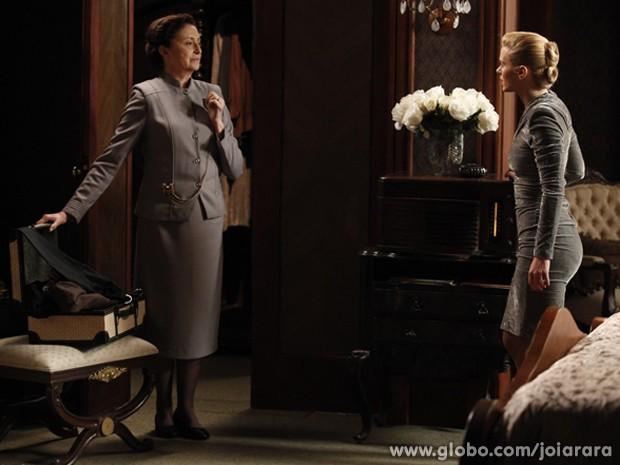Gertrude entra no quarto e vê mala de Iolanda (Foto: Fábio Rocha/ TV Globo)