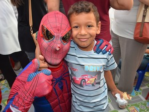 Adrian Barbosa dos Santos aguardava a chegada de seus super-heroi favorito (Foto: Claudia Assencio/G1)