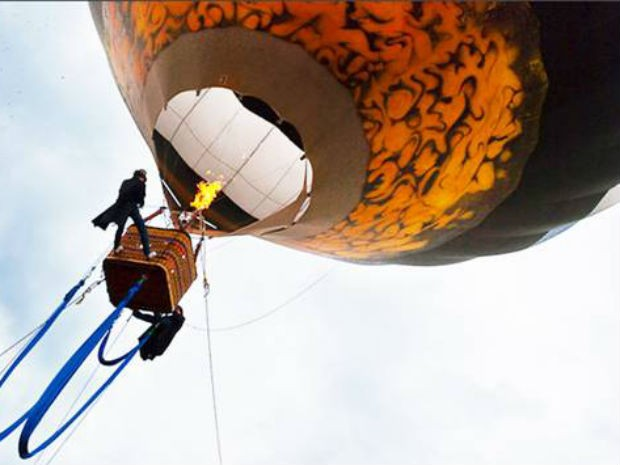 Peça 'Em busca da Triple Volta' é realizada em balão há 50 metros do chão (Foto: Divulgação)