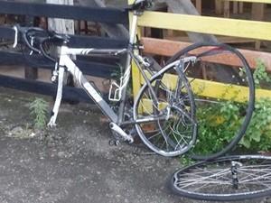 Bicicleta da vítima ficou bastante danificada (Foto: Divulgação/PM)