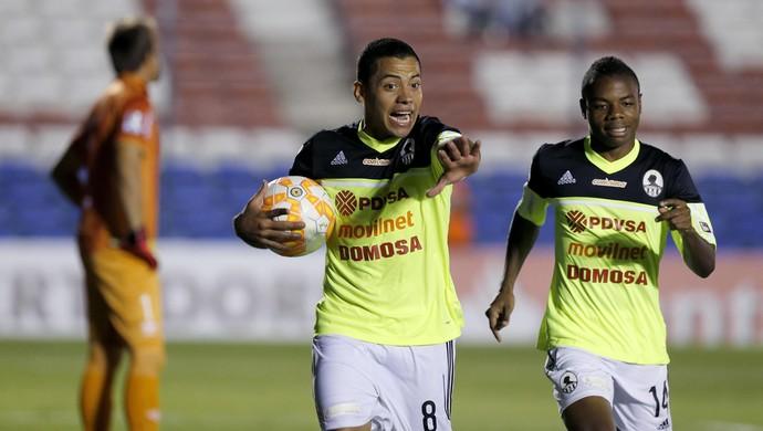 Flores, gol Zamora (Foto: Reuters)
