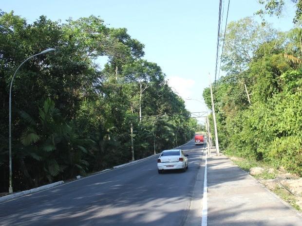 Estrada principal da Ufam, que dá acesso ao campus (Foto: Marcos Dantas / G1)